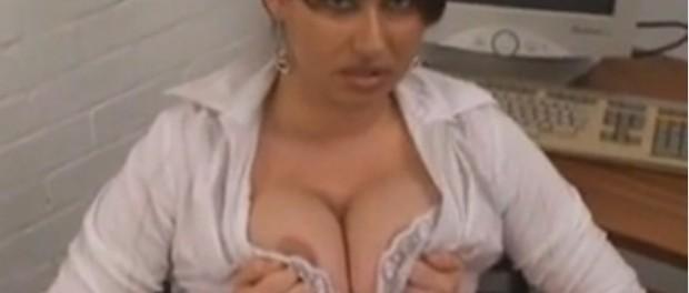 secretara bruneta cu sani mari isi face de cap la munca de plictiseala